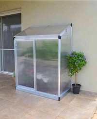 Palram Lean to vægdrivhus med robuste rammer og naturlig luftstrøm